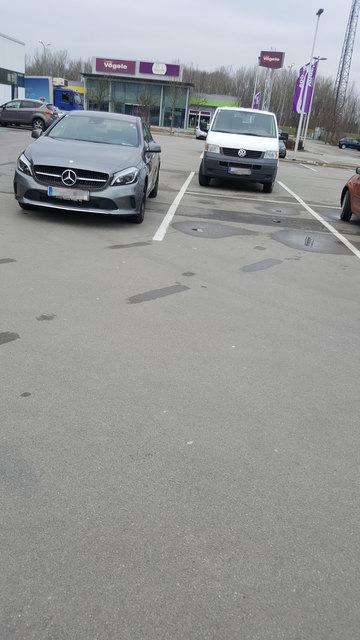 """Moment, da ist gar kein Parkplatz. Naja, für den """"Stern-Fahrer"""" schon ;-)"""