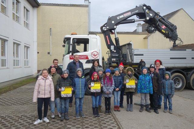 Karl Weinlinger mit den Kinder der 4a der Volksschule Sierndorf.