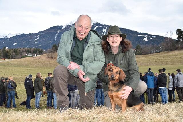 Hubert Winkler (Jagdhunde- und Schießreferent des TJV) und Bezirksjägermeisterin Fiona Arnold mit der Tiroler Bracke Bessy