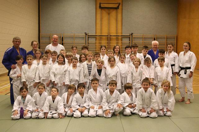 Alle jungen Judoka haben die erste Gürtelprüfung bestanden