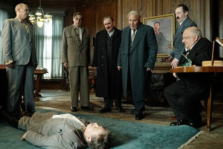 Der tote Stalin umgeben von seinen engsten Vertrauten.