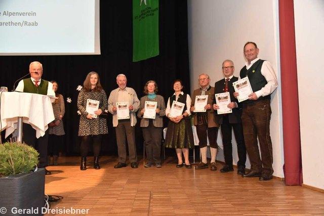 Obmann Edi Gruber mit den Jubilaren für 25, 40 und 50 Jahre Mitgliedschaft.