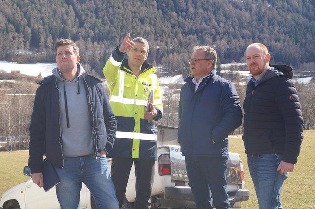 Roman Außerlechner und Dr. Werner Thöny von der Tiroler Landesgeologie mit Elmar Handle (Bürgermeister von Ried) und NR Dominik Schrott (v.l.).
