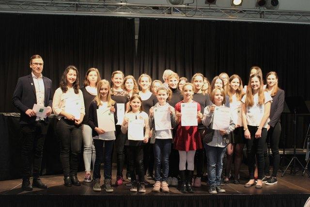 """Die am """"Musik in kleinen Gruppen""""-Bezirksbewerb teilnehmenden Jungmusiker mit Bezirksjugendreferent Chris Hopfer"""