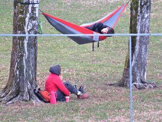 """Trotz der winterlichen Temperaturen fühlen sich diese zwei jungen """"Freiluftfreunde"""" im Dinzlsportpark in Villach St. Martin sehr wohl und verbringen ihre Freizeit genussvoll, ohne STRESS!"""