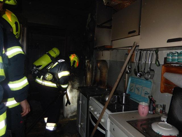 Die Feuerwehr fand eine Holzkiste neben dem Herd, die Feuer gefangen hatte.