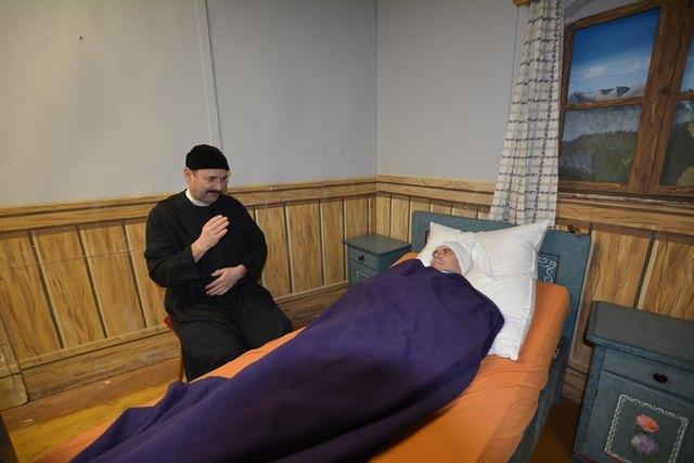 Pfarrer Andreas spricht Opa Bartl göttlichen Trost zu.