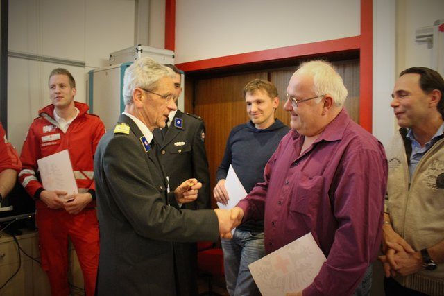 Bezirksstellenleiter Rudolf Luipersbeck zeichnete ehrenvolle Mitglieder des Roten Kreuzes aus.