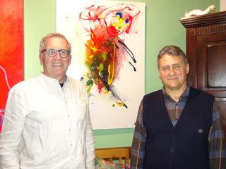 """Franz Gerhard Lambauer (l.) eröffnete beim Kirchenwirt Hans Walch (r.) in Allerheiligen bei Wildon die Ausstellung """"Bilder - musikalisch inspiriert""""."""