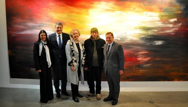 Katrin Knaß, Alois Resch, Anja Weisi Michelitsch, Herbert Brandl, Werner Amon vor einem der großen Gemälde im Rahmen der neuen Ausstellung (C) Martin Löscher