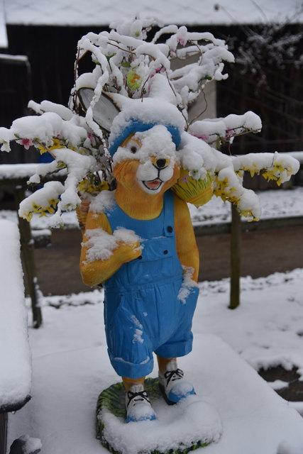 Osterhase im Schnee am 18. März 2018 in Gleisdorf