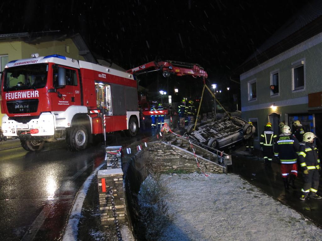 Drei Feuerwehren halfen bei der Fahrzeugbergung zusammen.