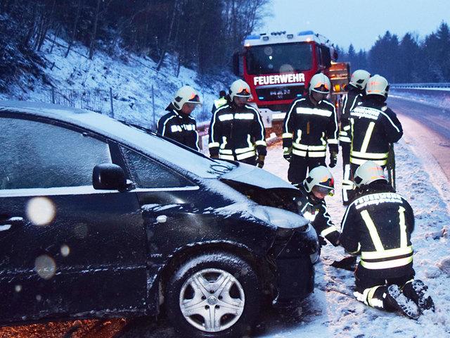 Die Stadtfeuerwehr Pinkafeld barg ein Unfallauto auf der Südautobahn A2.