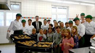 """Viele kleine BäckerInnen und die großen """"Lehrmeister"""" der HBLFA Kematen mit Schulleiter Roland Zecha."""