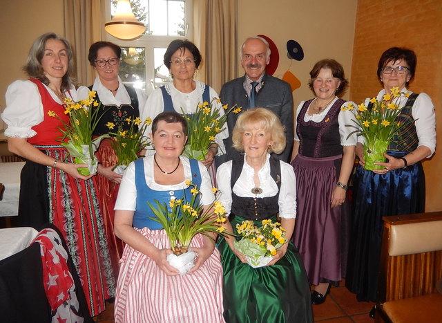 Der Vereinsvorstand mit den Geehrten vorne Margarete Gann und Franziska Hartinger