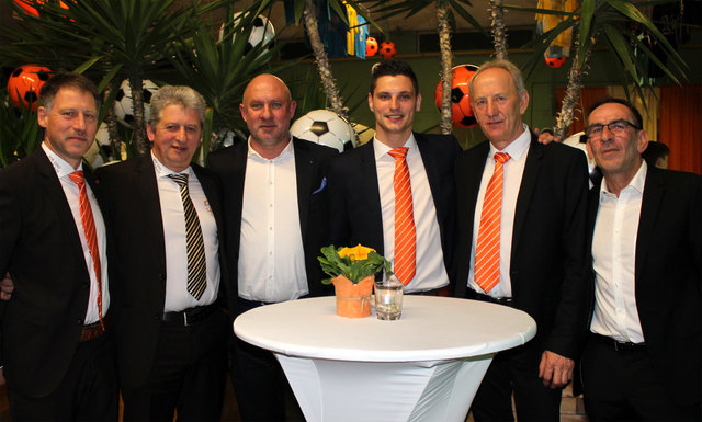 Martin Maierhofer, Andreas Semler, Kazimierz Sidorczuk (v. li.) mit Heimo Binter (re.) und dem Organisationsteam.