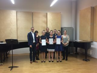 """Großartiger Erfolg: Urkunden an (v.l.n.r.) Maria Labudik, Hanna Hofmann und Katharina Eisler für den 1. Preis bei """"Prima la Musica"""" in Graz."""