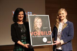 Margit Angerlehner gratuliert Andrea Holzberger zur Ehrung.