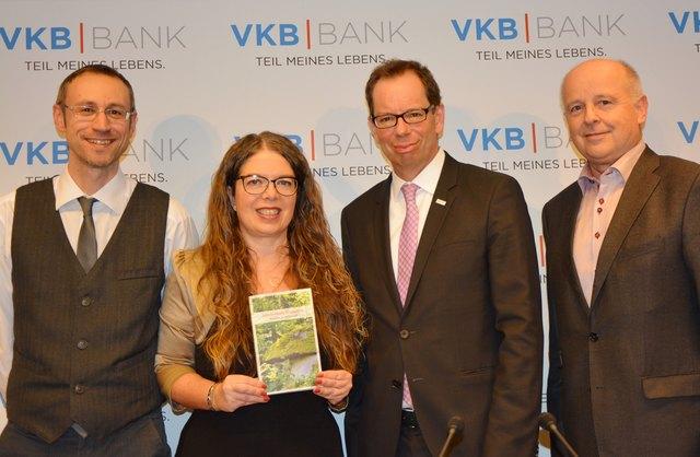 Die Autoren Robert Versic und Nina Stögmüller, VKB-Generaldirektor Christoph Wurm und Anton-Pustet-Verlagsleiter Gerald Klonner (v. l.).