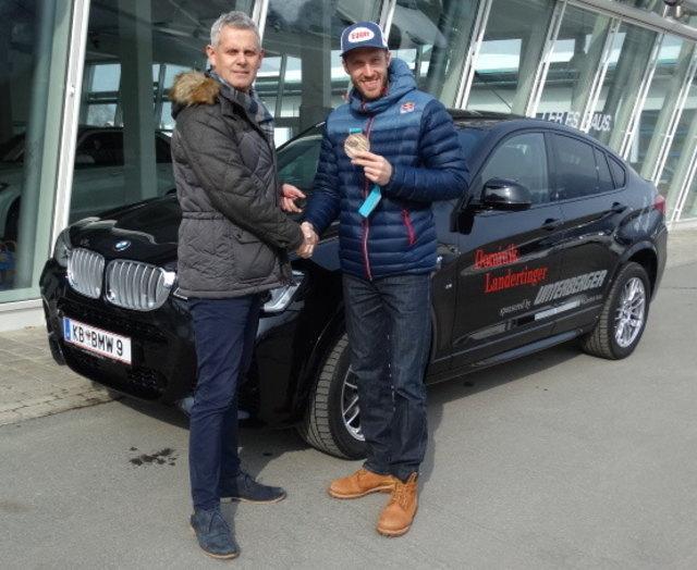 Betriebsleiter Hannes Margreiter übergab einen neuen BMW X4 an Dominik Landertinger.