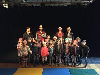"""Die Kinder des Musikkindergartens """"Krambambuli"""" mit den Schauspielern des Mezzanin Theaters."""