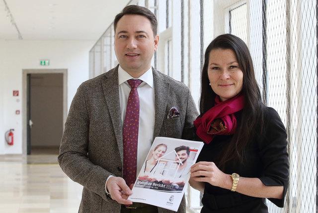 Wohnbaureferent, Landeshauptmann-Stellvertreter Manfred Haimbuchner und Irene Simader, Leiterin der Abteilung Wohnbauförderung.