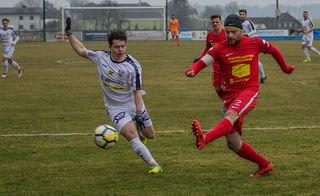 Vorchdorf-Kapitän Marco Kontschieder (mit Haube) stemmte sich vehement gegen die Niederlage, aber der ATSV Sattledt gewann das Derby.