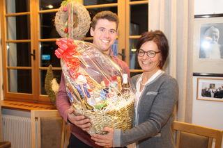 Björn Geiger (l.) übernimmt die Vereinsführung von Melitta Kirchmair und überreichte als Dankeschön für deren geleistete Arbeit einen Geschenkskorb.