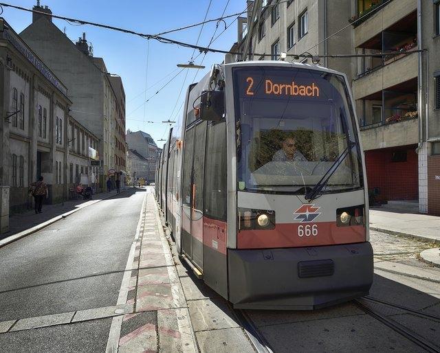 Auf der Strecke der Linie 2 sind alte und neue Straßenbahn-Garnituren unterwegs. Bis 2026 wird das so bleiben.
