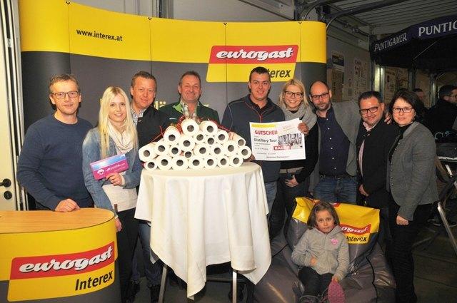 Tag der Vereine: Judith Fasching und Stefan Jagerhofer gratulierten den glücklichen Gewinnern.