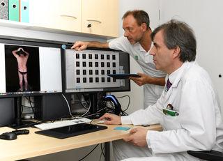 3D-Fotografie: Univ.-Prof. Peter Wolf, stv. Leiter der Univ.-Klinik für Dermatologie und Venerologie (vorne), Fotograf Werner Stieber