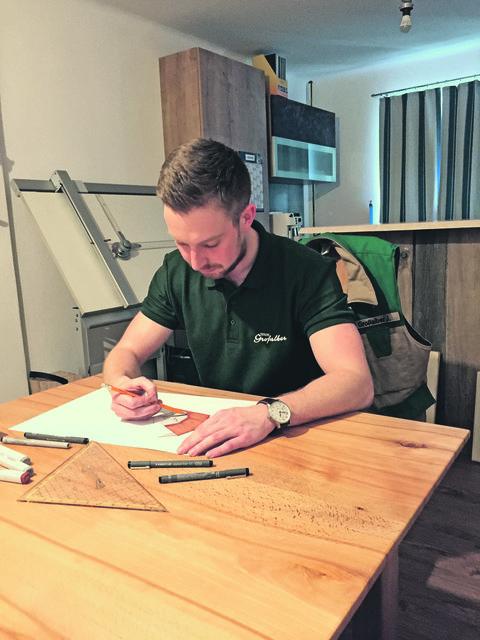 Tischlermeister Josef Großalber werkt fleißig für die Escalation 2018.