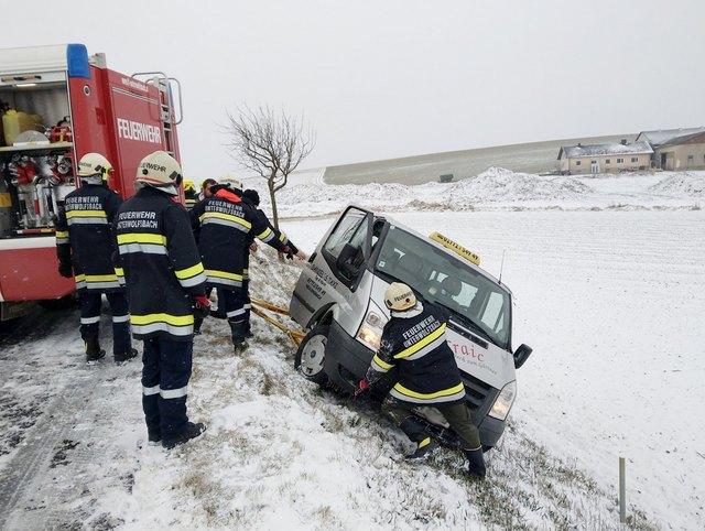 Die Taxifahrt nach Hause endete für einen Unterwolfsbacher auf der Böschung. Das Unfallfahrzeug drohte sich zu überschlagen.