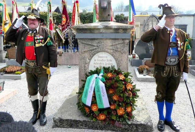 Vor dem Kriegerdenkmal wurde feierlich ein Kranz niedergelegt.