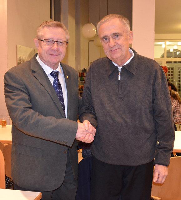 Alles Gute vom Bürgermeister: Verabschiedung vom Himberger Kaplan Josef Bruder.