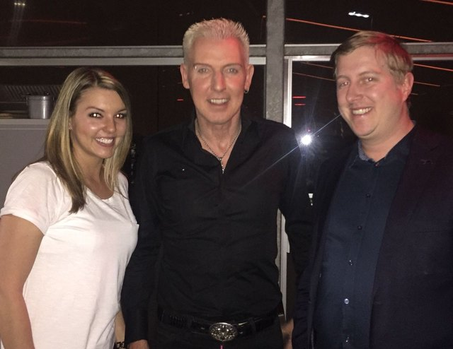 H.P. Baxxter (Mi.) mit Hoteldirektor Michael Nell und Gast Sarah.