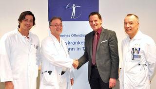 Bezirkskrankenhaus-Verbandsobmann Paul Sieberer (2. v. re.) begrüßte gemeinsam mit dem ärztlichen Direktor Norbert Kaiser (re.) und Chirurgie-Abteilungsvorstand Hermann Nehoda (li.) den neuen Leiter des Gefäßchirurgie-Schwerpunktes am BKH, Peter Metzger.