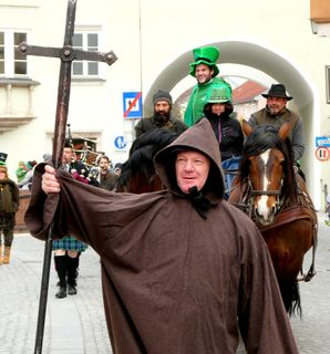 St. Patrick, Irlands Nationalheiliger, führte symbolisch den Umzug durch die Glasstadt an.