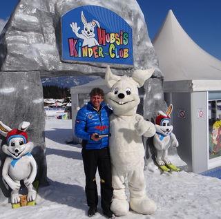Skischulleiter Josef Dagn und das Maskottchen HUBSI mit der Quality Award.