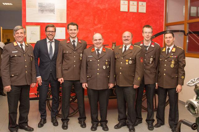 FF Axams: Kassier Alexander Happ (3.v.l.), Kdt. Bernhard Holzknecht (4.v.l.), Kdt.-Stv. Werner Klotz (3.v.r.), SF Manuel Würtenberger (2.v.r.) mit Ehrengästen