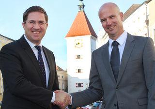 Peter Franzmayr (re.) mit dem Welser Bürgermeister Andreas Rabl (FPÖ) im Zuge seiner Bestellung als Magistratsdirektor im Jahr 2016.