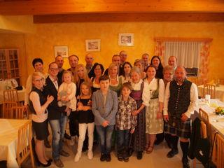 Feier im Ausflugsgasthaus Preschan. Resi Preschan bedankt sich bei allen Gratulanten.