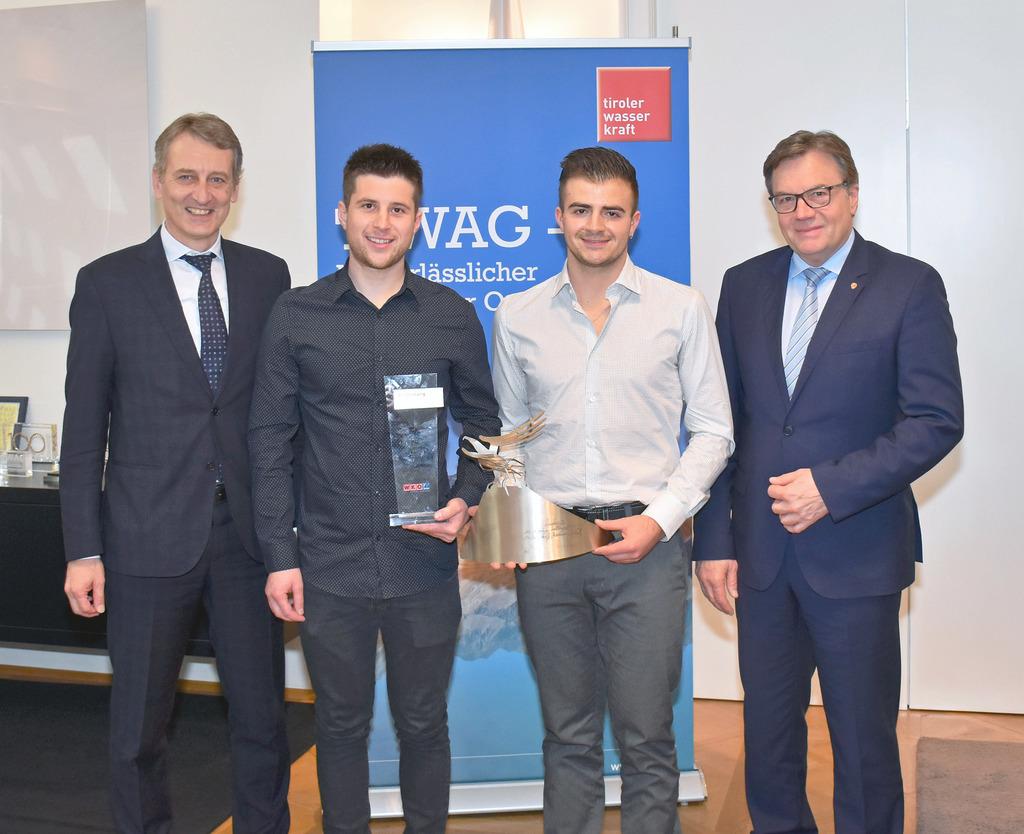 Landeshauptmann und TIWAG-Eigentümervertreter Günther Platter gratuliert Tobias Gaim (2.v.re.) mit Ausbildner Rafael Neuner und TIWAG-Vorstandsvorsitzenden Erich Entstrasser.