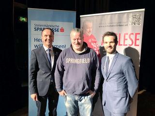 Regionalleiter Wolfgang Schrei (li) und Markus Huber (re) von der S-Versicherung mit Kabarettist Mike Supancic.