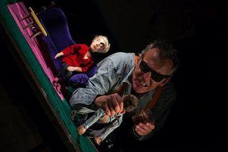 Stefan Libardi tritt mit seinem Figurentheater im Dorf auf.