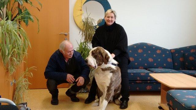 Jolanda Hofbauer  (58), hier mit Ehemann Edi und Hund Axel, lebt seit 30 Jahren in Germanns.