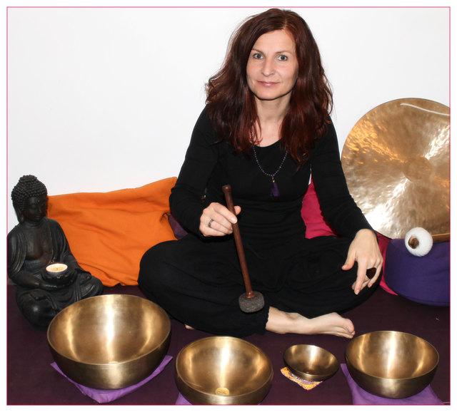 Doris Frech aus Thaur schwört auf die entspannende Wirkung ihrer Klangschalen.