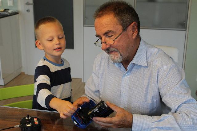 (Symbolbild) Ein Kind mit einem Mentor.