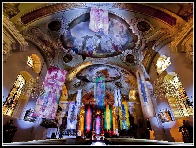 Fahnen Installation in der Pfarrkirche Hopfgarten, Kaltner Hartwig, Fotografie von Thomas Trinkl