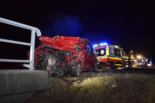 Vier Personen waren in drei Pkw am Unfall beteiligt, die zweijährige Tochter der Richtung Kirchbichl fahrenden Lenker dürfte unverletzt geblieben sein.